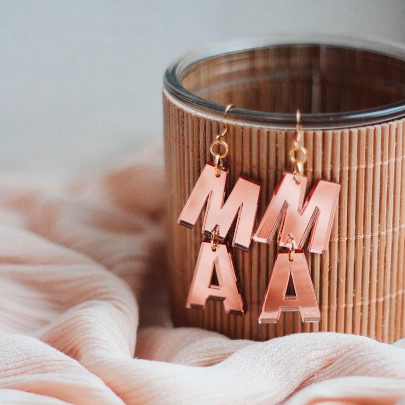 Ruusukultaiset Mama-korvakorut ovat kaunis ja vastuullinen lahja äidille.