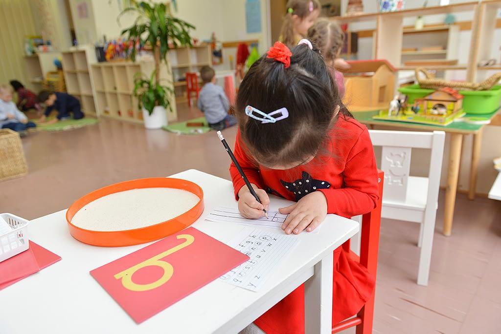 Ruoholahden Montessori -päiväkodissa lapsi oppii omaan tahtiinsa.