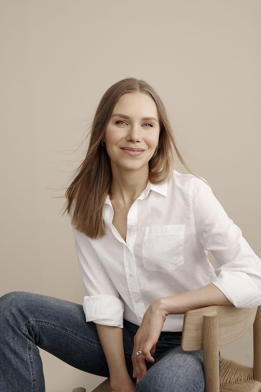 Leeni Viio on diplomiravintoneuvoja ja Eroon makeanhimosta -kirjan kirjoittaja, sekä pian kahden lapsen äiti.