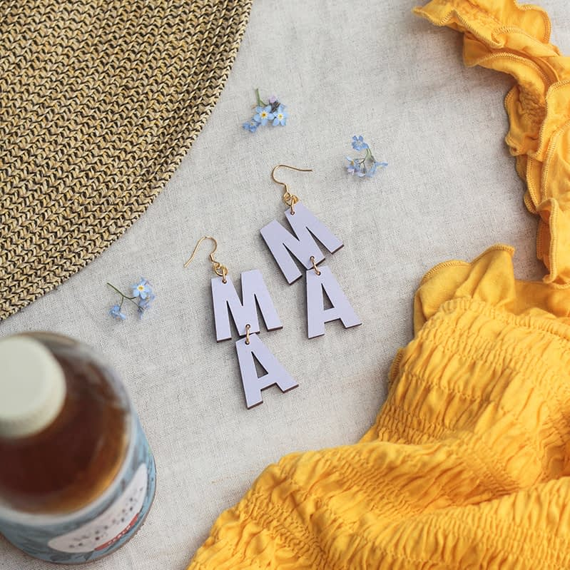 Syreenin väriset Mama-korvakorut ovat kaunis asuste kesäarkeen! Puiset korvakorut ovat kevyet.