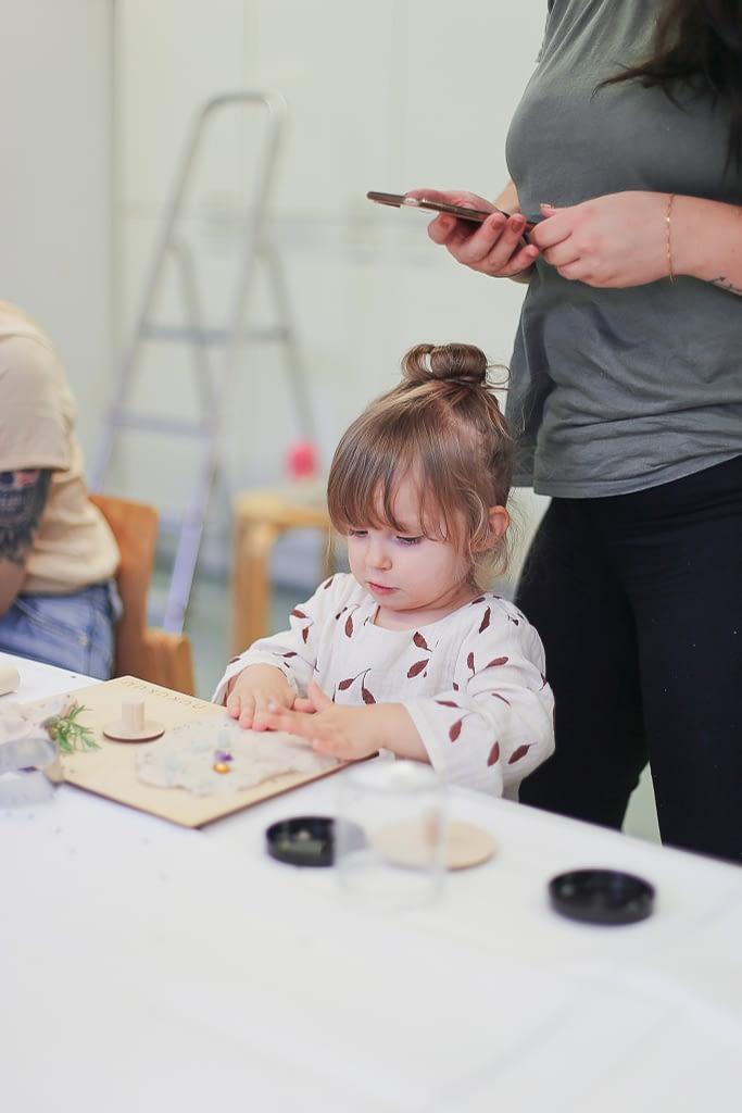 muovaillen-workshop-keskittynyt-lapsi
