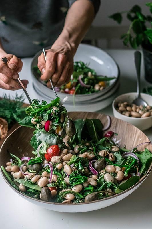 Kokeile Äitipiirin keväistä salaattia sitruunamarinoiduilla pavuilla.
